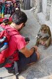 Viajero que tira VDO del mono en el templo de Swayambhunath Fotografía de archivo libre de regalías
