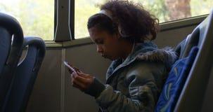 Viajero que toma el boleto del conductor en el autobús 4k almacen de metraje de vídeo