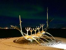 Viajero Reykjavik de The Sun con la aurora boreal fotografía de archivo libre de regalías