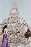 Viajero a solas en la pagoda principal en Wat Arun, Bangkok, Tailandia imagen de archivo