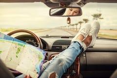 Viajero solo del coche de la mujer joven con el mapa Foto de archivo libre de regalías