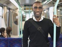 Viajero sonriente que se coloca en tren imágenes de archivo libres de regalías