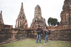 Viajero y hombre turístico y mujeres asiáticos con la mochila que caminan en el templo Ayuttaya, Tailandia Fotos de archivo libres de regalías