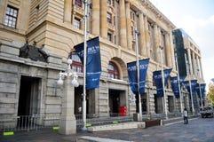 Viajeros australianos de la gente y del extranjero que caminan en el frente del banco de la Commonwealth imagen de archivo libre de regalías