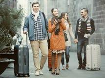 Viajeros con equipaje que hacen turismo y que sonríen en otoño imágenes de archivo libres de regalías