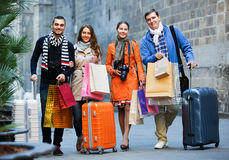 Viajeros con los panieres en la calle Imagen de archivo