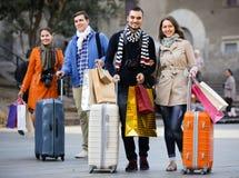 Viajeros con los panieres en la calle Imágenes de archivo libres de regalías