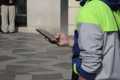 VIAJEROS CON SMARTPHONE E IPHONES Fotos de archivo libres de regalías