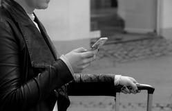VIAJEROS CON SMARTPHONE E IPHONES Imágenes de archivo libres de regalías