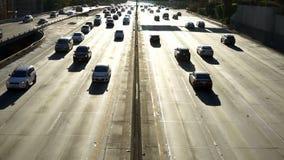 Viajeros de la autopista sin peaje de Los Ángeles en carretera retroiluminada de los automóviles almacen de video