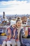 Viajeros de la madre y de la hija que toman el selfie en el parque de Guell Fotos de archivo
