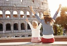 Viajeros de la madre y de la hija cerca del júbilo de Colosseum imagen de archivo