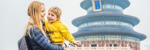 Viajeros de la mamá y del hijo en el Templo del Cielo en Pekín Una de las atracciones principales de Pekín El viajar con la famil imagen de archivo libre de regalías