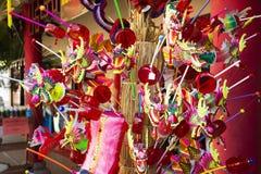 Viajeros de papel hechos a mano del estilo chino de los juguetes del drag?n en venta en centro cultural Tailand?s-chino en Udon T fotografía de archivo