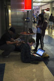 Viajeros del aeropuerto que cargan sus battaries para los ordenadores, el ipad y los teléfonos celulares, aeropuerto foto de archivo