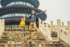 Viajeros del papá y del hijo en el Templo del Cielo en Pekín Una de las atracciones principales de Pekín El viajar con la familia fotos de archivo libres de regalías
