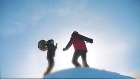 Viajeros del trabajo en equipo Soportes felices de los viajeros de los hombres del equipo del grupo en el top de la montaña, con  almacen de metraje de vídeo