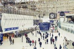 Viajeros dentro del ferrocarril de Waterloo, Londres Imagenes de archivo