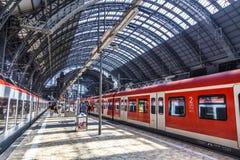 Viajeros dentro del título o del leavin central de la estación de Francfort Foto de archivo
