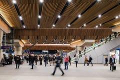 Viajeros en el nuevo salón de la estación del puente de Londres Fotografía de archivo libre de regalías