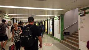 Viajeros en el túnel del acceso del tren del metro, Sydney, Australia almacen de metraje de vídeo