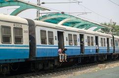 Viajeros en el tren indio Foto de archivo
