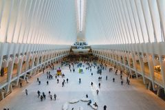 Viajeros en el un eje del transporte del World Trade Center fotografía de archivo libre de regalías