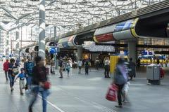 Viajeros en Hall The Hague Central Station fotografía de archivo libre de regalías