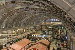 Viajeros en la estación central de Estocolmo que se adorna con las luces llevadas durante la estación de la Navidad Imágenes de archivo libres de regalías