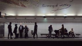 Viajeros en la estación de metro Cluny La Sorbonne en París almacen de video
