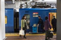 Viajeros en la estación de tren japonesa Hakata en Fukuoka imágenes de archivo libres de regalías