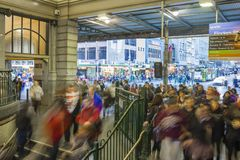Viajeros en una de las entradas en el ferrocarril de calle del Flinders, Melbourne durante hora punta  Imágenes de archivo libres de regalías