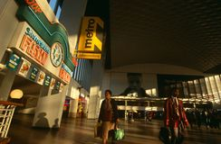 Viajeros en una estación de Johannesburg Imagen de archivo libre de regalías