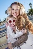 Viajeros felices de la madre y del niño en abarcamiento de Barcelona, España Fotografía de archivo