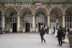 Viajeros franceses de la gente y del extranjero que salen adentro y en Gare de París-Est o París Gare de l ferrocarril del est de Imagen de archivo