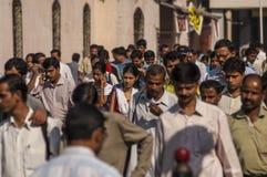 Viajeros indios por la mañana cerca de Victoria Terminus Fotos de archivo libres de regalías