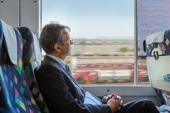 Viajeros japoneses en un tren Fotografía de archivo