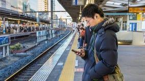 Viajeros japoneses en una plataforma fotografía de archivo libre de regalías
