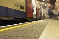 Viajeros largos de la exposición en Londres subterráneo Imagen de archivo libre de regalías
