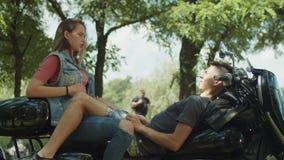 Viajeros lindos jovenes de los pares relaixing en la moto almacen de metraje de vídeo