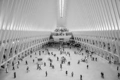 Viajeros que caminan dentro de la nueva y moderna estación del World Trade Center imagen de archivo