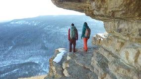 Viajeros que caminan en el borde del acantilado almacen de video