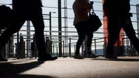 Viajeros que caminan en el terminal de aeropuerto, equipaje que lleva, cámara lenta de embarque almacen de video