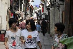 Viajeros que caminan en la calle del yuehe Fotografía de archivo libre de regalías