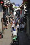 Viajeros que caminan en la calle del yuehe Fotos de archivo libres de regalías