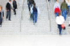 Viajeros que caminan encima de las escaleras, falta de definición de movimiento Imágenes de archivo libres de regalías