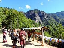 Viajeros que caminan hacia Paro Taktsang de Bhután imágenes de archivo libres de regalías