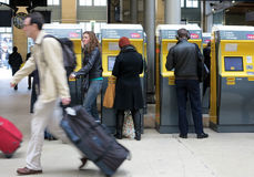 Viajeros que compran boletos de tren Fotos de archivo libres de regalías