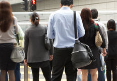 Viajeros que cruzan la calle ocupada de Hong-Kong Fotos de archivo libres de regalías