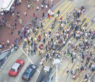 Viajeros que cruzan un paso de peatones ocupado Hong Kong Foto de archivo libre de regalías